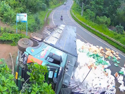 Video: Nghi ngờ tài xế ngủ gục khiến xe tải tông vào dải ta-luy rồi lật nghiêng trên QL14