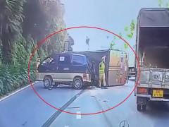 Video: Tránh xe tấp vào lề đường, ô tô tải lật nhào, đè trúng xe van tại Hưng Yên