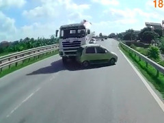 Video: Va chạm với xe trộn bê tông, ô tô con văng sang làn ngược chiều, tông tiếp xe tải trên quốc lộ 10