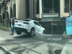 Video: Nữ tài xế lao xe Chevrolet Camaro mới tinh xuống cầu thang khiến dân mạng khó hiểu