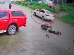 Video: Ô tô Hyundai Accent va chạm trực diện với xe máy khiến 2 nam sinh bị thương tại Lào Cai