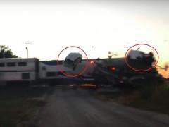 Video: Ô tô con văng lên không trung trong vụ tàu hỏa tông xe đầu kéo