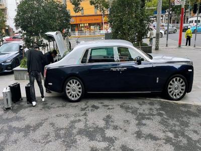 Nóng máu với cách đối xử của nhân viên ngân hàng, đại gia điều xe Rolls-Royce Phantom đến chở gần 18 tỷ đồng tiền mặt