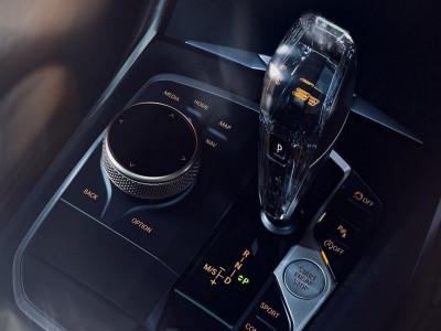 Cần số pha lê và lưới tản nhiệt phát sáng là trang bị tuyệt đẹp trên BMW 3 Series Gran Limousine Iconic Edition