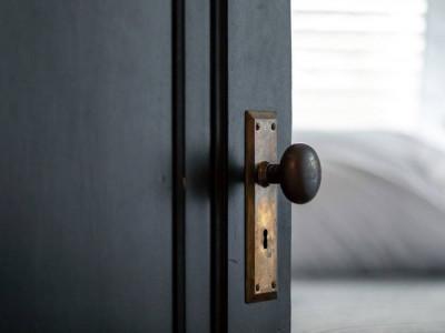 5 lý do nên sử dụng cửa nội thất màu đen