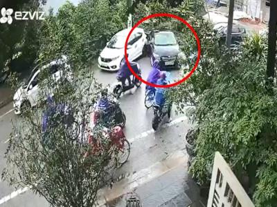Dân mạng lắc đầu với video nữ tài xế lùi xe tông trúng người đi đường, tiến tới lại đâm ngã 1 chậu cây kiểng
